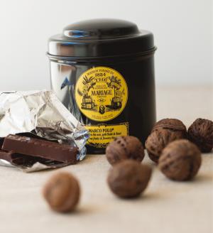 お気に入りの紅茶、チョコレートとくるみ。「チョコレートは血糖値を上げたいとき、くるみは疲労回復したいときに食べています」。[左から]カカオの含有率の高いチョコレート、フランスの老舗紅茶ブランド、マリアージュ フレールの紅茶、殻付きのくるみ