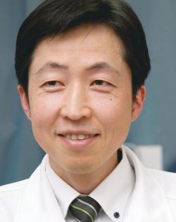 銅冶英雄院長。日本の整形外科医として初めて米国公認の足装具士(ペドーシスト)の資格を取得。医療用の靴やインソールを作る専門家でもあります