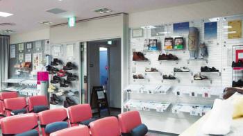 靴もインソールも、石膏ギプスやスポンジで義肢装具士が型取りをしたうえで、足型をもとにして作製されます。待合室にはオーダーシューズがずらり。靴は同じビル内の靴専門装具店が作製します