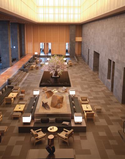 レストランとラウンジを通路のような〝縁側〞で仕切ることにより、日本の棟家屋の持つ外と内側の重要な関係を表現。閉塞感のない空間に