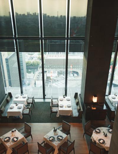 昼は遠く富士山まで望めるパノラミックなレストラン。料理はアマン独自の西洋料理アマンキュイジーヌのコース、アラカルト、アジアンテイストまで