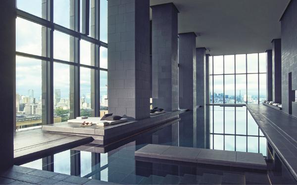 高さ8m以上もある2面ガラスに囲まれたアマンの室内温水プール。長さは30m、270度のパノラマが展開。ブラックプールと呼ばれる深閑とした空間にはデッキチェアの代わりにデイベッドが置かれ、アマンらしい趣があります