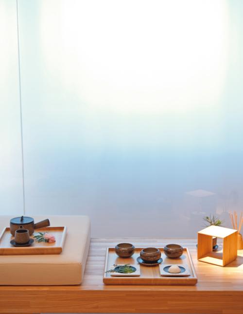 スパのスイート内に用意された夏用素材のプレゼンテーション。中央の碗には深呼吸に用いる黒文字オイル、左隣はボディオイル、手前左にはハッカや檜の葉。心落ち着く森林浴をイメージ