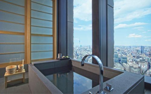 アマンスイートのバスルーム。手桶や湯桶、深い浴槽など日本式の風呂