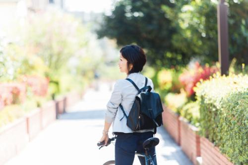 「ブルーノの自転車は色が渋いのも魅力のひとつ。購入するときは、サドルの高さの調整や、細かいメンテナンスをしてもらえる店を選ぶことも大切」と鳴海さん。ホテルでの打ち合わせにも対応できるように、バッグはコール ハーンの大人リュックを愛用。足元は甲がしっかり固定されるおしゃれ靴で