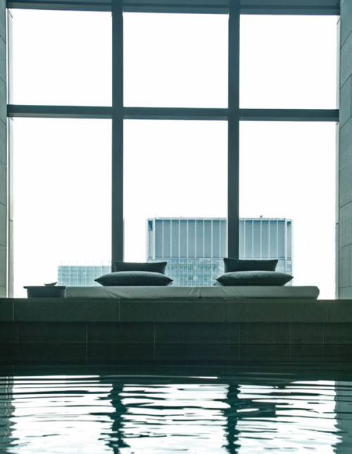 """ブラックとグレーでまとまったスタイリッシュなプール。""""天空のプール""""の名にふさわしく、水につかると東京上空の大空だけが望める静謐な大人の空間"""