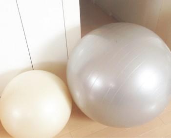 食事をするとき以外は、メイクもバランスボールに座って行うCHIHARUさん。安定感が欲しいときは、少し空気を抜いて小さくしたものを使用
