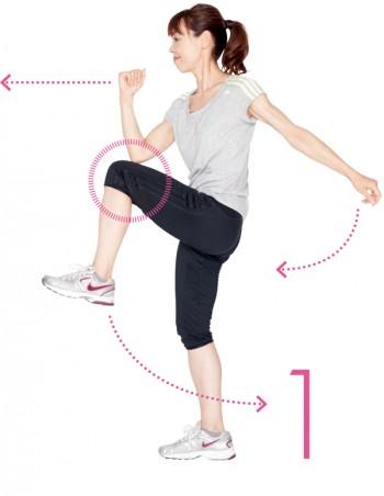 これがスタートポジション。片脚を曲げ、反対の肘と膝をつけます。上半身は倒さず、膝は内側に入らないように