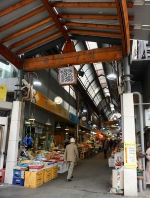 井原さん 通仁市場(トンインシジャン)入り口