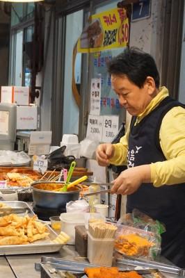 井原さん 市場の中3