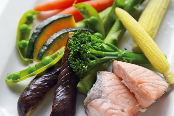 沼津りえさんの「ごちそう美腸サラダ」/食物繊維たっぷりの蒸し野菜とサーモンのサラダ