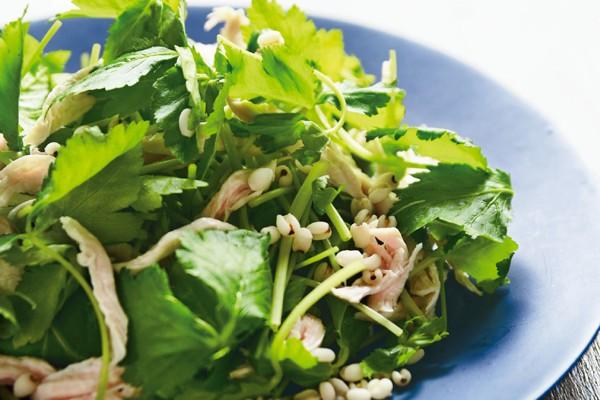 沼津りえさんの「ごちそう美腸サラダ」/三つ葉とささ身の香りサラダ はと麦添え