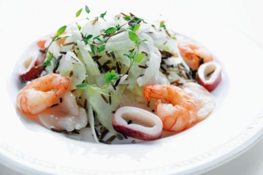 沼津りえさんの「ごちそう美腸サラダ」/野菜たっぷり! ワイルドライス入り魚介のサラダ