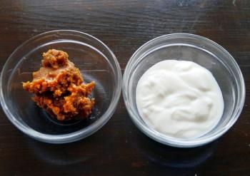 プレーンヨーグルト(無糖)と味噌を準備します。ヨーグルトと味噌の量は同割が基本。ヨーグルトの比率を少し上げると、塩分少なめのあっさりとした仕上がりに。味噌は好みの味のものを使用してOK