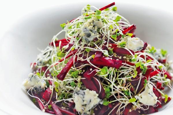 沼津りえさんの「ごちそう美腸サラダ」/腸内環境を改善! せん切りビーツとスプラウトのサラダ