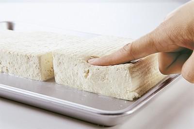 豆腐の水切り ふんわりツルルン 指押し
