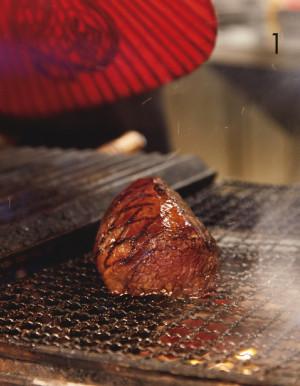 備長炭の炭火で焼き、肉をしっとり、香り高く仕上げます
