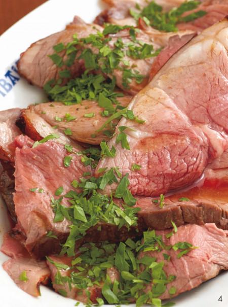 「仔羊モモ肉の1本焼き」1㎏¥10,000(税込み/3日前までに要予約)。今回の仔羊は、オーストラリア内陸部にだけ生息するハーブを食べて育ったソルトブッシュラム(入荷は月2本。予約時要確認)。クセがなく優しい味です。女性4人で平らげる猛者グループもいるそうですが、6人くらいがベター