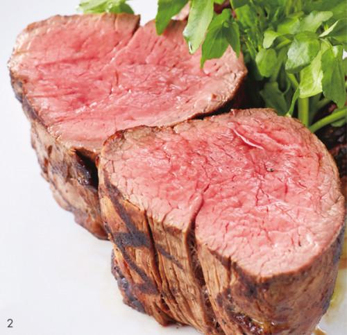 「牧草牛フィレ」¥8,100(500g/税込み)。フィレは乾燥熟成させないため、フレッシュな肉の旨味を味わえるのが魅力。まずは塩でそのままの肉の味を楽しみ、続いてしょうゆ、ホースラディッシュ、マスタード、にんにくをお好みで。ニュージーランド産のピノ・ノワールと一緒に