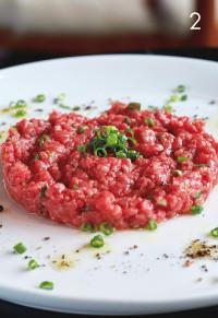 タルタルはユーゴの看板メニュー。常陸牛を使った「ユーゴスタイル 牛肉タルタル」¥2,600。生肉が食べられるのは、食肉販売の免許を持つ店だからこそ