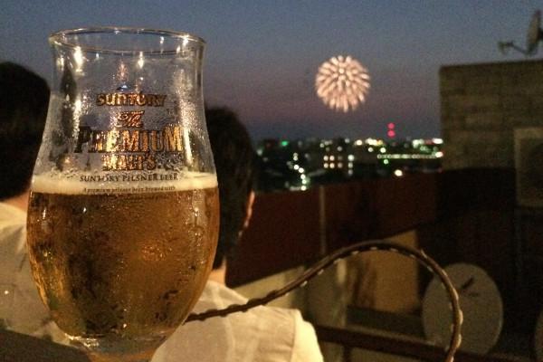 金沢の夏は人気の飲み屋街、片町のジャズバーで花火