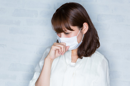 ミラクル免疫力:マスク / 咳き込む女性