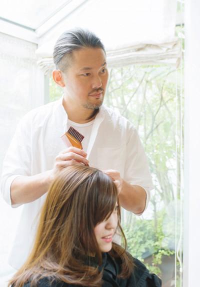一人一人の頭皮や髪質に合ったカラーリングを見極めてくれる、カラーリスト阿部眞也さん。ナチュラルハーブカラー リタッチ¥13,000~ 全体¥15,000~