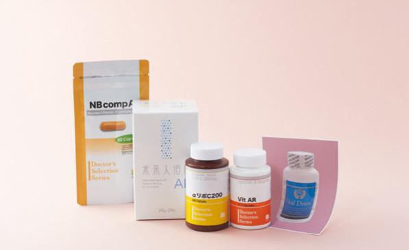 水野先生愛用のサプリなど。[右から]肝臓の解毒の際に必要な栄養素を、過不足なく含んだサプリメント。バイタルデトックス(60錠)¥19,000・合成のビタミンAではなく、最も優れた天然成分のタラ肝油を原材料として使用。Vit AR(70錠)¥8,640・抗酸化と金属キレート(デトックス)効果あり。αリポC200(300錠)¥4,860・抗酸化力の高い水素化マグネシウム配合の入浴剤。肌を通って体内に入った水素分子が、血流にのって全身に行き渡ります。未来入浴料AP(10包)¥5,000・ビタミンB₁、B₂、B₆、B₁₂、ビオチン、ナイアシン、パントテン酸、葉酸の8種類のビタミンB群を配合。相乗効果が期待できます。NBcomplex(60錠)¥3,500/旭川皮フ形成外科クリニック