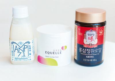 左より、必須アミノ酸やブドウ糖が豊富な、米と麹の乳酸菌ドリンク「ANP71」(福光屋)。大豆を乳酸菌発酵させた、ゆらぎ期をサポートする「エクエル」(大製薬)。体力増進には、韓国で買ってきてもらった高麗人参サプリを愛飲