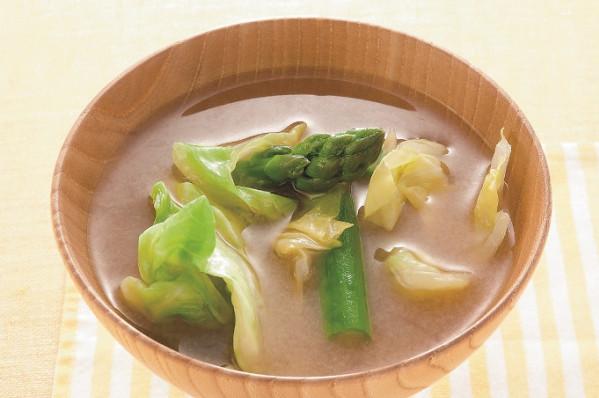 第3章 ミラクル免疫力をつけて、老けない食べ方/レシピ60:アスパラとキャベツの合わせ味噌のお味噌汁