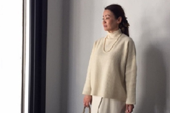 帯広の同窓会へは、カジュアルな白ニット+白スカートにパールのネックレスで