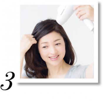 サイドは耳の後ろから前へ向かって、指で髪を巻きつけるように動かします。逆サイドも同様にして