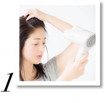 指をジグザグに動かし、前髪をかき上げながら、髪の根元にドライヤーの風を当てます