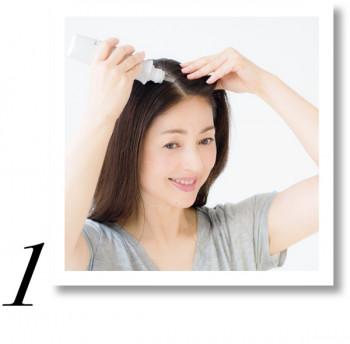 4~5㎝間隔で分け目を作り、前から後ろに向かって美容液を直接つけ、全体に馴染ませます