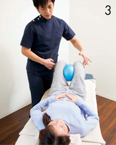 3.関節や筋膜の歪みを整え、関 節を正しい位置に。ライターWは右股関節 などの歪みを矯正。
