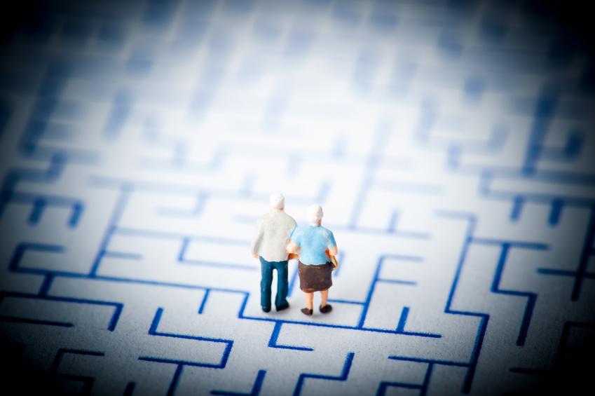 迷路を歩くお年寄りの夫婦