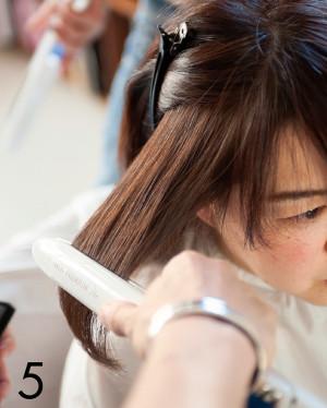 「ミネコラを使った白髪染めは、手順は普段のカラーリングと一緒ですが、終わったあとの手触りが断然違う! 加齢とともにゴワつき度が増した髪が、ツルツル&サラサラに!今までの人生でこんな手触り、体験したことないというほど。ツヤによる天使の輪もくっきり! 髪のツヤや質感次第で女性は若々しく見えるという植田さんの言葉通り、撮影を担当したカメラマンさんも『10歳は若返った!』と言ってくれました。このツヤと滑らかさは、日がたつにつれ少しずつ落ちていきますが、3週間ぐらいキープできました」(編集T)