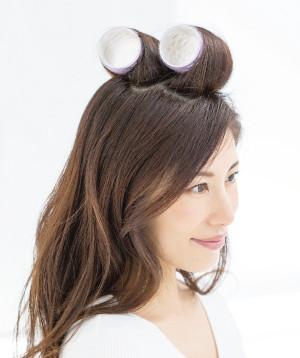 前髪のすぐ上、つむじの周辺、と頭頂部の髪を2ブロックに分け、長めセミロングなら5㎝くらいの大きなカーラー(くっつくタイプ)で毛先から巻き込み、10分放置