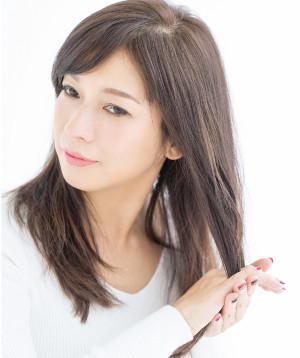 洗髪後、タオルドライした髪に、トリートメント効果のあるヘアミルクを薄く均一に馴染ませます。手のひら、指の間にミルクを馴染ませ、毛先まで手ぐしを通して