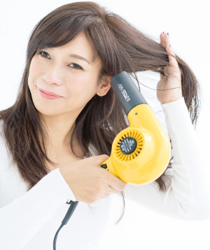 """髪を乾かすのは必ず根元から。根元が100%乾いたら、中間や毛先にドライヤーを当てて、""""湿っている""""と感じる程度まで、7割くらい乾かしましょう"""