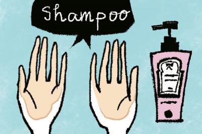 髪の余分な水分を軽く絞ったら、2回目開始。手のひらにシャンプー剤をのばします。手では泡立てないで