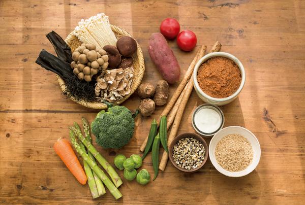 根菜を中心にした旬の野菜に加えて穀類、いも類、豆類、きのこ類、海藻類、乾物、ナッツなど、できるだけ多くの種類をとるのが理想。さらに味噌、オリゴ糖、ヨーグルト、乳酸菌飲料なども加えます。これは悪玉菌がアルカリ性の環境を好むことから、腸内を弱酸性にしてくれる発酵食品が有効だといわれているため。昭和の和食をイメージした献立も、今また注目を集めています
