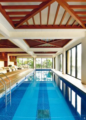 沖縄ウェルネストリップ リッツカールトン 屋内温水プール