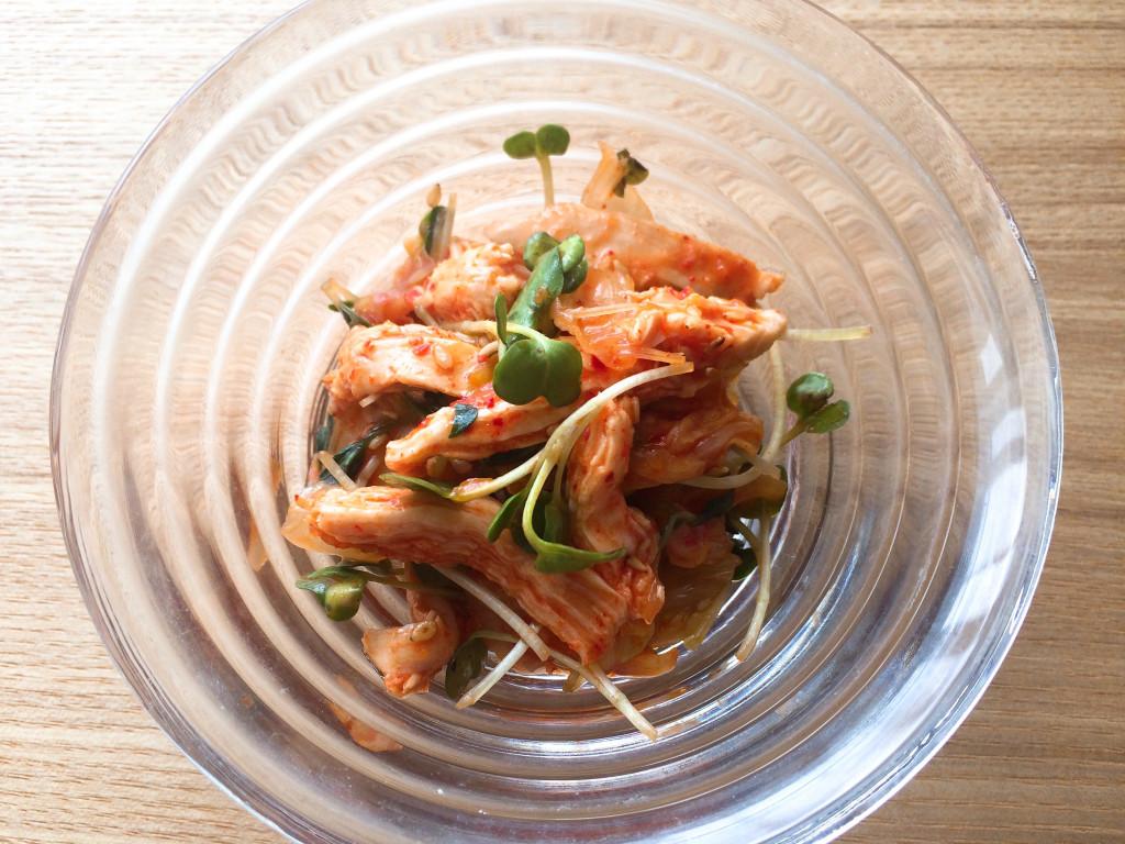 米麹パウダーから作った塩麹に漬け込んだ鶏ムネ肉を使った貝割れと鶏ムネ肉のキムチ和え