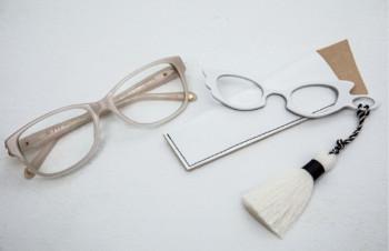 右はモデル久保京子さんデザインの「シュシュ」というブランドの携帯用。メニューの確認に。左の「ティファニー」も絶妙な色が気に入って