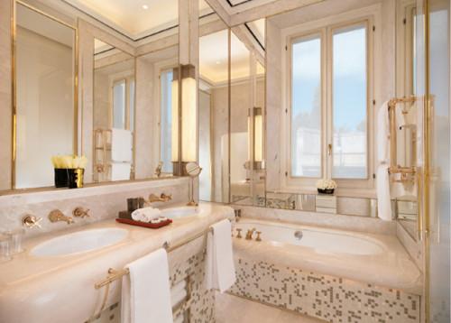 5.6客室。 天井が高く、洗面台の大理石のカー ブもエレガントで美しい