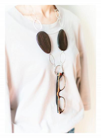 ロサンゼルス発のラ・ループは、ハイセンスなネックレス型グラスホルダーのブランド。老眼鏡を取りつけてもそうとは見えないおしゃれ感! 夏はサングラスをつけても絵になります