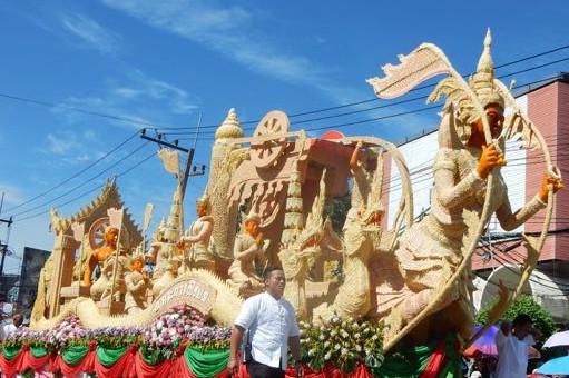 """ピリ辛サラダと焼き鳥が名物!タイ東北地方""""イサーン"""" の ロウソク祭りを訪ねて"""