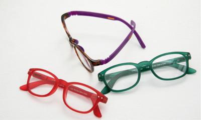 どれも軽くてカラフル。「グリーンと赤は雑貨屋さんで購入した老眼鏡ブランド『シー コンセプト』の既製のもの。赤はノーメイクを助けてくれるので家でよくかけています」