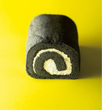 「食」のトレンド10 炭ロールケーキ